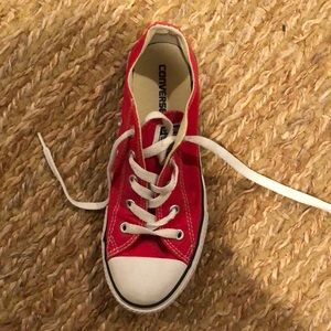 Red kids converse
